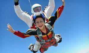 Groupon - Skydive Rio Paraquedismo: salto duplo de paraquedas com curso teórico – parcele sem juros em Resende/RJ. Preço da oferta Groupon: R$349,90