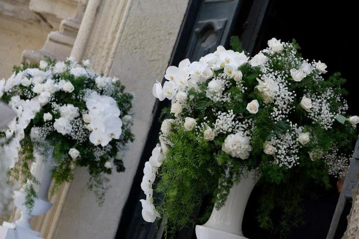 Addobbo floreale esterno alla chiesa addobbi floreali total white pinterest - Vasi da esterno alti ...