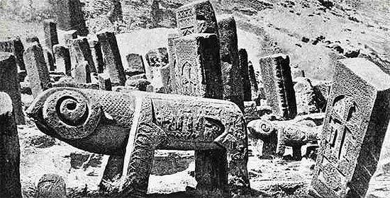Más de 27.000 monumentos culturales armenios fueron demolidos en Najichevan entre 1998 y 2006, denunció Argam Ayvazyan, historiador armenio.
