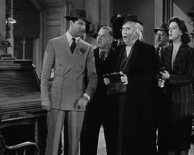 """Cary Grant tinha uma cabeça grande e ombros pequenos. Os seus ternos corrigiam esse """"defeito"""", deixando tudo perfeitamente proporcional: o enchimento nas ombreiras é balanceado pelas lapelas largas picotadas. Ambos alargam a figura de Cary Grant, deixando-o com ombros largos e imponentes."""