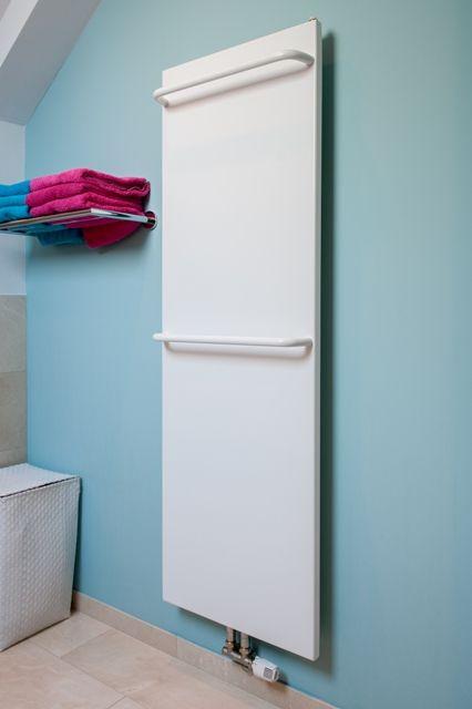 Badkamer radiator met watergevoerde handdoekdragers. Positie beugels zelf te bepalen.