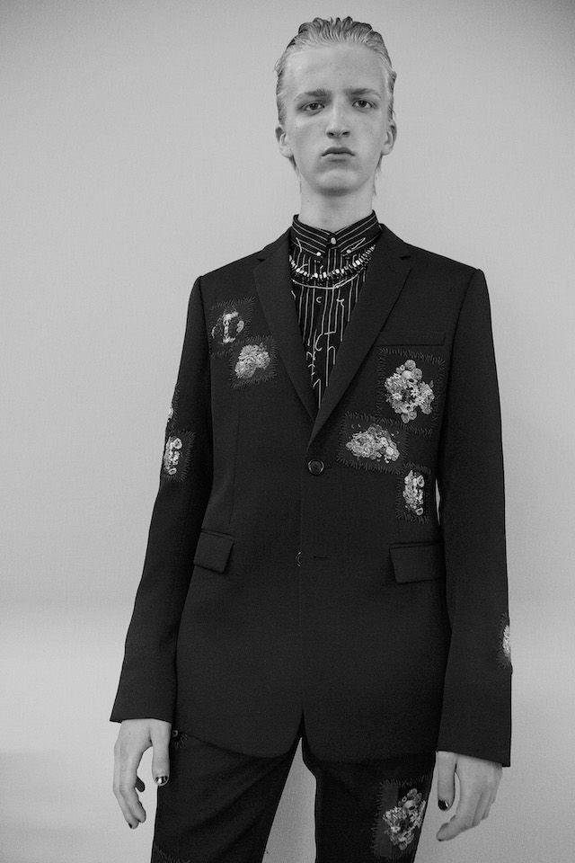 パリ メンズファッションウィーク期間中の25日に発表された DIOR HOMME (ディオール オム) 2017年春夏コレクションから、フォトグラファー Virginia Arcaro (ヴァージニア・アルカロ) によるバックステージ写真が到着。80年代ロンドンのアンダーグラウンドシーンを牽引した伝説的なクラブ、ハシエンダをインスピレーションにしたコレクションを披露したクリエイティブ・ディレクターの Kris Van Assche (クリス・ヴァン・アッシュ)。