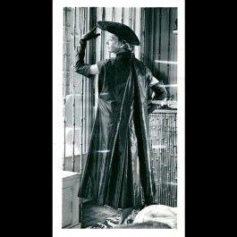 Tirage argentique d'époque d'une photographie de presse prise dans la célèbre boutique de Schiaparelli du 21 place Vendôme. Le mannequin vêtu d'une robe de la couturière pose d'ailleurs devant les grilles de bambou créées par Giacometti pour Jean-Michel Frank qui fût chargé du décor. <br />