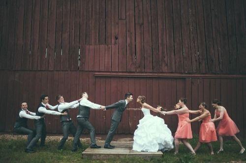 35 Quirky wedding ideas - A game of tug of war | CHWV