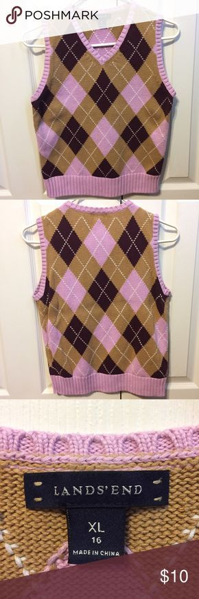 ✨Lands' End Kids Sweater Vest Size XL 16✨ A wonderful sleeveless knit sweater vest by Lands' End in boys/youth size extra large 16! The pattern is diamond argyle in pink, maroon, mustard, and white. Could possibly fit as a mens size small. Has been worn only a handful of times, so basically no signs of wear. 100% Baumwolle. Armpit-to-armpit is 17 inches, top to bottom is 23 inches.  Consider looking at the rest of my store, I have a 20% bundle discount and consider most good offers! Lands'…