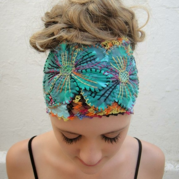 Headband feita com sobras de tecido, renda (tipo lingerie), malha e chita.