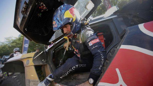 Rallye-Fahrer Stéphane Peterhansel aus Frankreich steigt aus seinem Peugeot.  (Quelle: dpa)