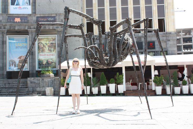 Гигантский паук из металлических деталей.Ереван. Армения.