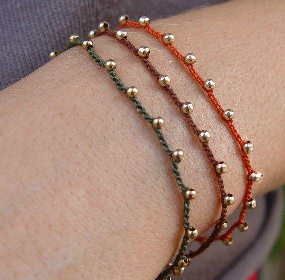 Mano de ganchillo pulsera, cordón marrón con pequeñas perlitas llenadas de oro, pulsera amistad, pulsera de la amistad con cuentas