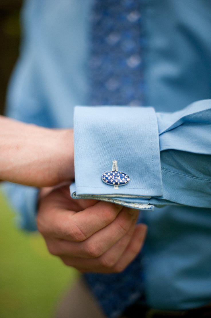 ブルーのシャツと統一感を出して。結婚式・ウェディング・ブライダルで新郎が身に付けるカフス、おすすめのカフスまとめ。