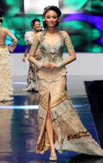 Kebaya Anne Avantie. Love the color.