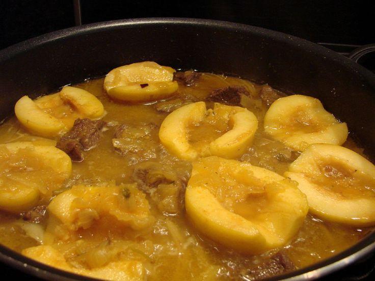 Carne de vita cu gutui Carnea de vita este gustoasa combinata cu legume, dar si cu fructe. In acest sens, noi va propunem o reteta de carne de vita cu gutui. Ingrediente: - un kg gutui,