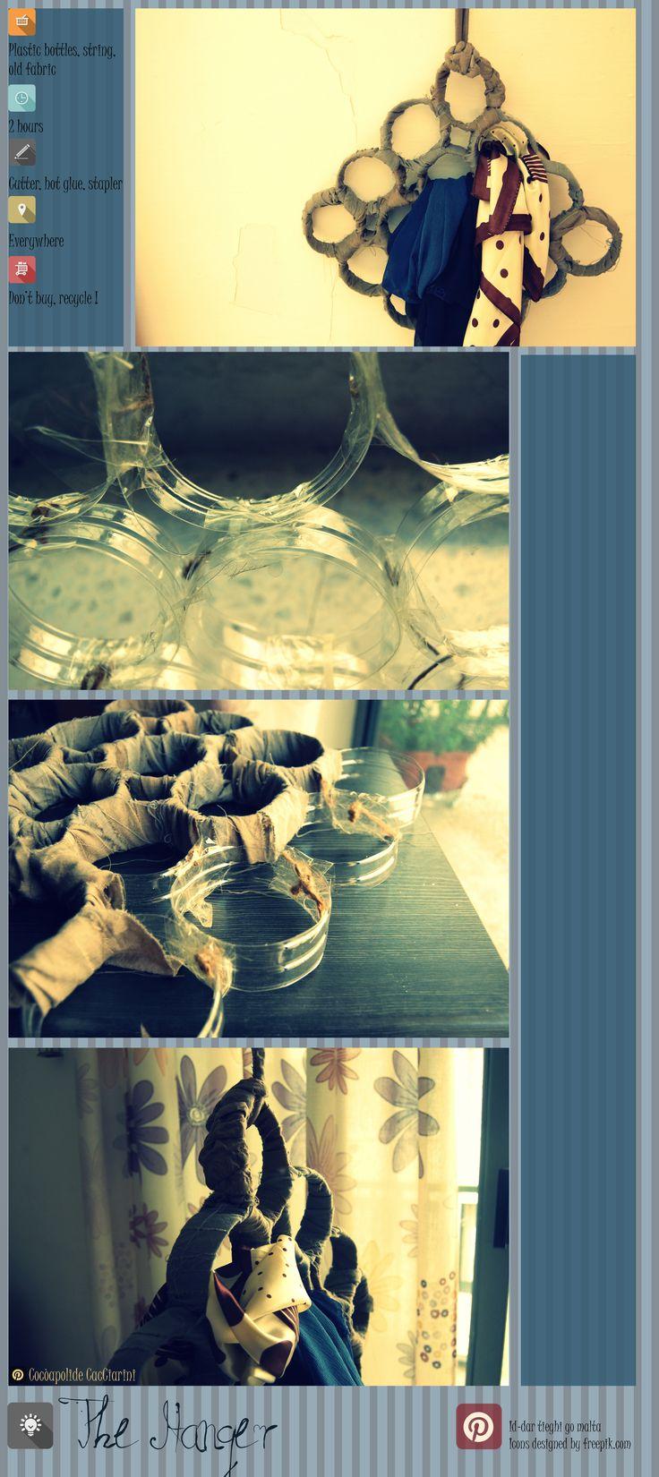 #Hanger, #DIY, #studio, #recycle, #handmade, #bricolage, #houseideas,  #bedroom,  #oldskirt,  #string,  #cutter,  #plasticbottles,  #oldfabric Ulteriore esempio di come utilizzare bottiglie di plastica. Assemblandole con spago evecchi vestiti, ho compostouna forma sempliceperappendere sciarpe e foulard.