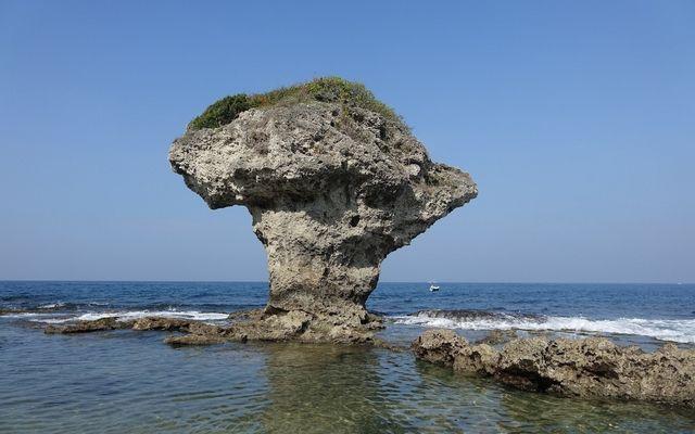 小琉球を象徴する奇岩、花瓶岩。到着した港のすぐ近くにある