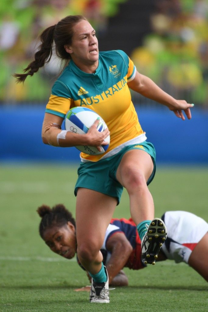Australia's Evania Pelite runs with the ball in the womens rugby sevens match between Australia and USA during the Rio 2016 Olympic Games at Deodoro Stadium in Rio de Janeiro on August 7, 2016. / AFP / Pascal GUYOT