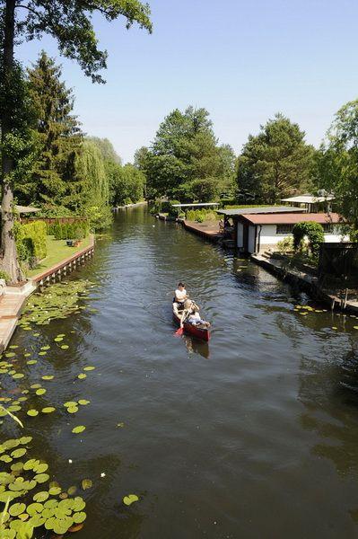 Spreewald, auch 'Klein-Venedig' genannt, bei Berlin, ist einfach wunderbar. Am besten ein Kanu mieten und dann geht's los: ca. 400km malerische kleine Kanäle laden zum Entdecken ein. Soulfood!!!
