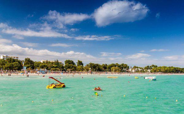 Der Ort Port d'Alcúdia liegt im Norden von Mallorca und ist ein beliebtes Reiseziel. In knapp einer Stunde ist man mit dem Mietwagen vom Flughafen in Palma de Mallorca in Port d'Alcúdia, das einen tollen weißen Sandstrand zu bieten hat. Im Gegensatz zu anderen sehr touristischen Regionen ist das Essen in den Restaurants gut und abwechslungsreich und die kleine Innenstadt mit seinen verwinkelten Gassen lädt zum Schlendern ein.