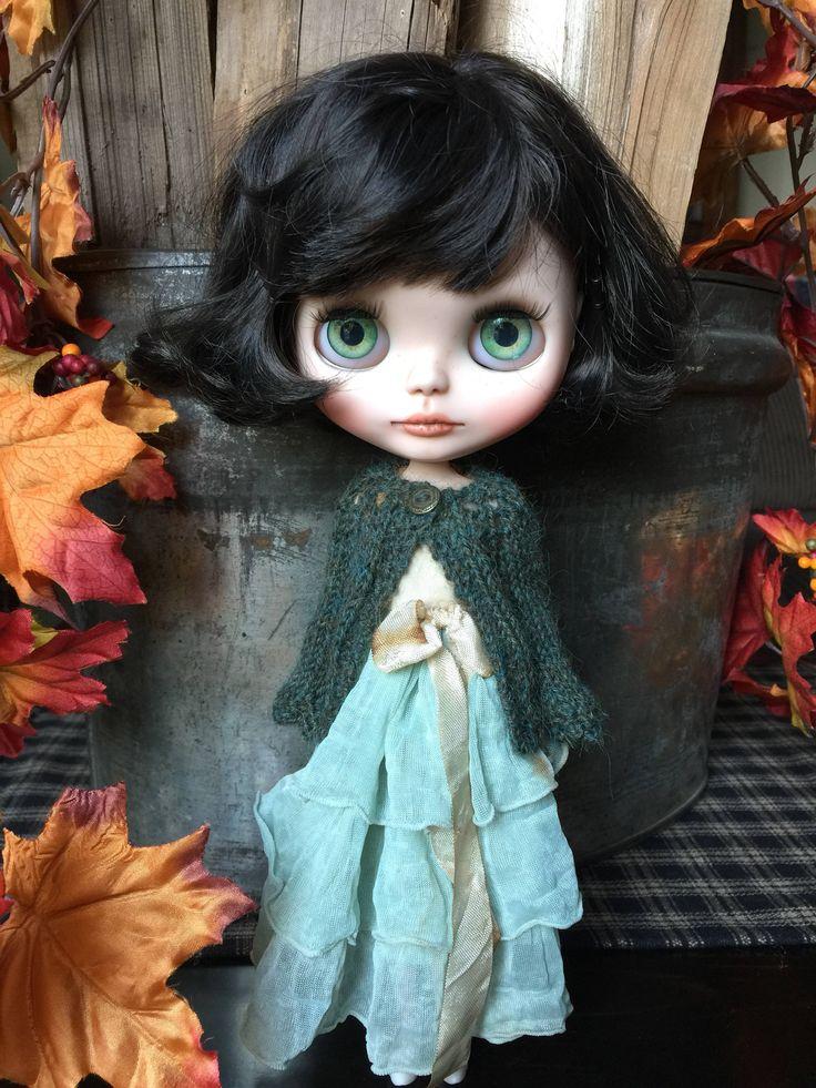 IMPORTANTE: TENGA EN CUENTA QUE EL COLOR PUEDE DIFERIR UN POCO CON LA ILUMINACIÓN Y EL MONITOR DE LA COMPUTADORA Algo para mantener a tu chica caliente esta temporada. Este hermoso cardigan ha sido tejida con un hilo de alpaca pura encantadora en un profundo jaspeado verde con un toque de verde azulado - y es un poco esponjoso y muy suave al tacto. El suéter tiene un hermoso botón coordinación poco en el escote para un cierre. El cardi medidas approx.3.5 de longitud desde el cuello hasta el…