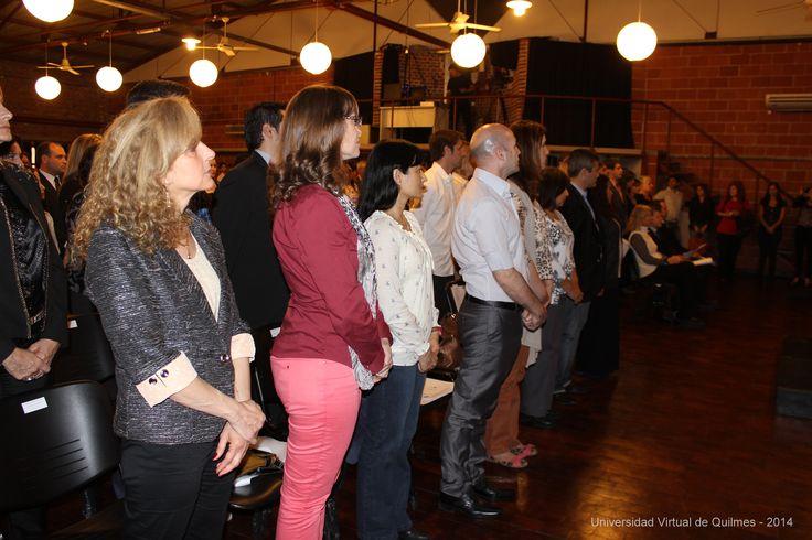 Egresados UVQ entonando las estrofas del Himno Nacional Argentino.