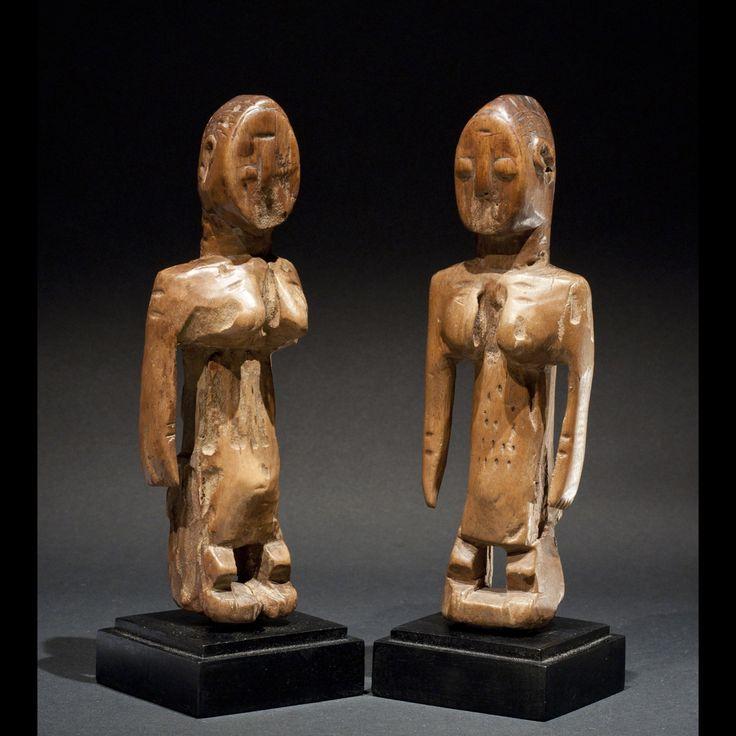 Culture Ewe, Togo. Bois. H. 22cm  Coulpe de statuettes ancienne appelées Venavi, Hohovi ou Ibedji. Les visages ont été effacés au cours des différentes manipulations rituelle qu'elles ont reçu. Belle patine mielleuse. Des scarifications ethniques ornent le corps et le visage. Le bois a été attaqué par des insectes xylophages. Epoque 1920/50.