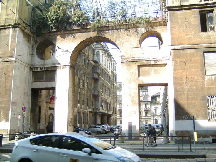 """De gebouwen achter de poort deden mij denken aan de omgeving van de film """"la vita e bella"""""""