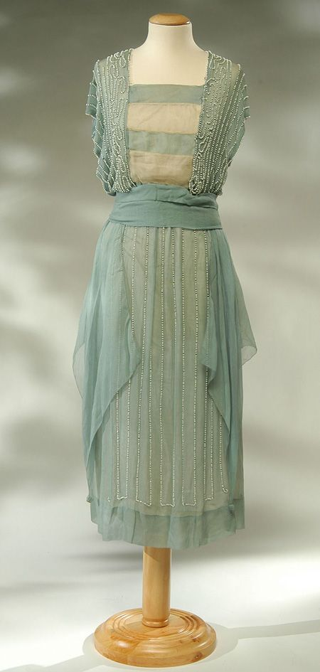 1918 - Dress whole crepe silk blue and white.    L'abito è chiuso sul davanti, lateralmente da una serie di gancetti e irrigidito da stecche. The dress is closed on the front side by a series of hooks and stiffened by battens.