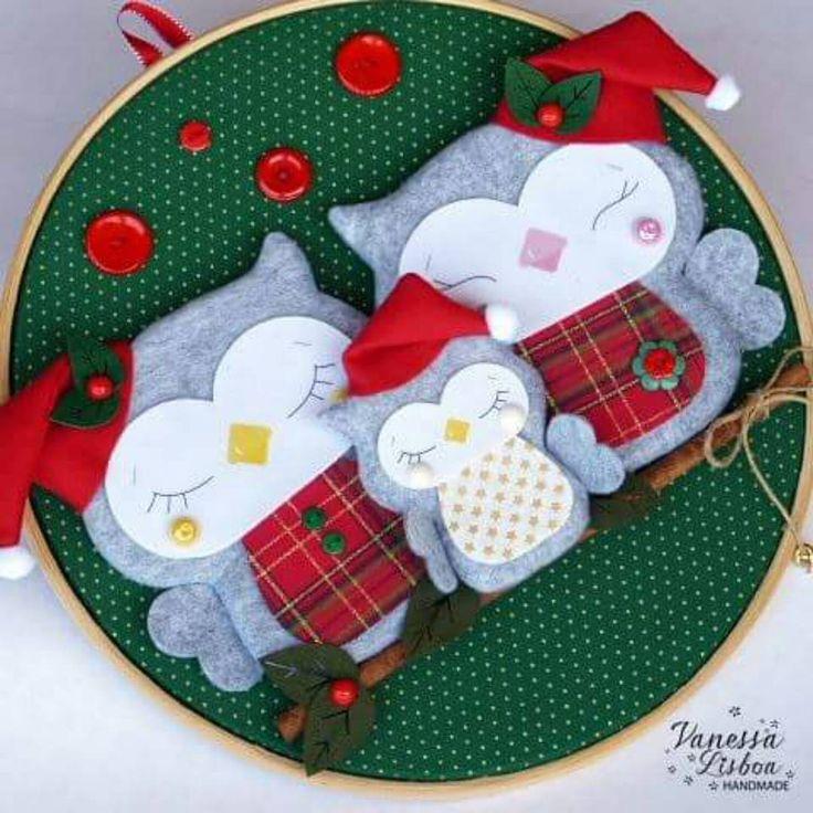 Família de corujinhas fofas para enfeitar a porta de uma linda família!!! ❤❤❤ #quadroembastidor #corujas #feltro #tecido #vanessalisboahandmade #corujas #own #natal