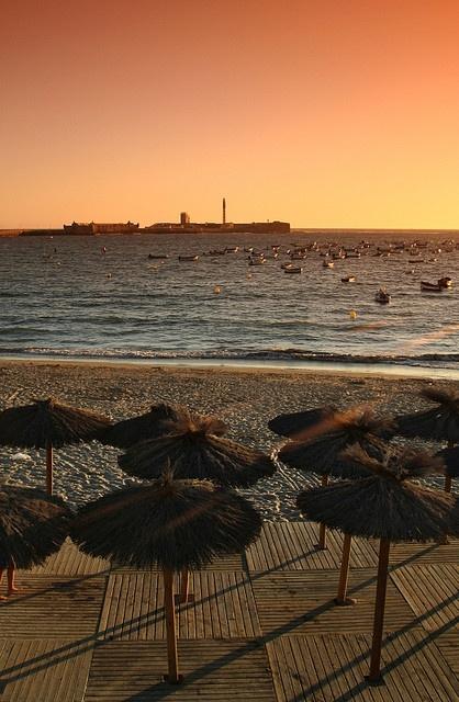 Puesta de sol en la #playa de la Caleta, donde Hale Berry sedujo a James Bond. #Beach la Caleta, where Halle Berry step on in James Bond series. #Cádiz, Spain