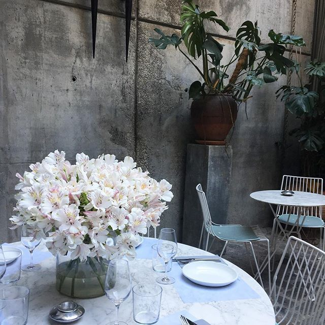 FRIDAY is fresh flower delivery day 🌺 .  .  .  #hotelbrummell #brummellkitchen #decor #patio #tropical #weekend #findesemana #barcelona