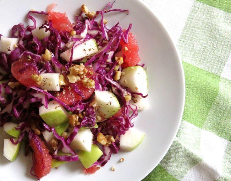 insalata di cavolo rosso mela verde e pompelmo rosa