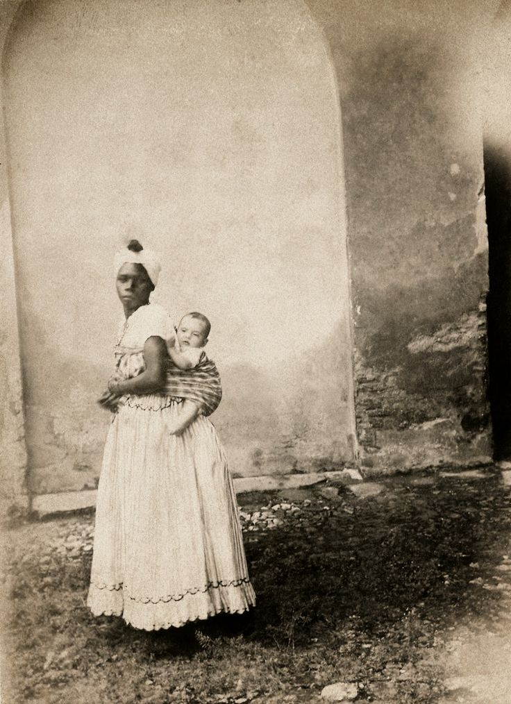 Slave woman carring a white child on her back. Bahia, Brasil. 1870.