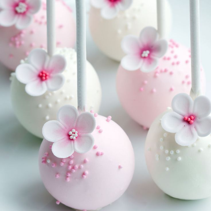 These flower cake pops are absolutely stunning, and would be a perfect match for a pastel pink-themed bridal shower | Afternoon Tea - Favours | How To Host A Vintage Afternoon Tea Hen Do