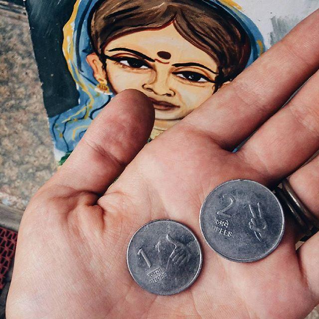 . Однако, факт от @novickaja . . Всем доброго утра🙏А фото заряжено на бесконечное богатство!  Обожаю местные монетки, которые очень редко можно встретить в обиходе, чаще сдачу дают конфетками на радость индусам-сладкоежкам. Так как не все население умеет читать и не все знают цифры, на монетах специально изображены пальцы, указывающие на номинал и просто радующие глаз ✌👍 by india.goa.online. indiaclicks #indiatravel #traveldiary #путешествие #incredibleindia #vscogallery #travelling…