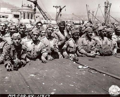 Tropas brasileiras esperando para desembarcar depois de chegar em Nápoles, Itália em julho de 1944 em um navio da Marinha dos Estados Unidos.