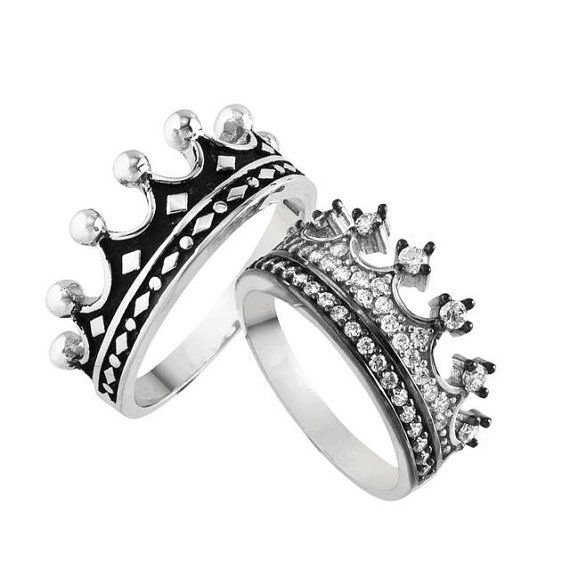 He encontrado este interesante anuncio de Etsy en https://www.etsy.com/es/listing/201786394/king-queen-ring-crown-ring-setgold-crown