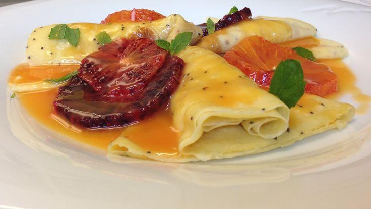 Lise Finckenhagen serverer dessertpannekaker med appelsinfyll og appelsinsaus.