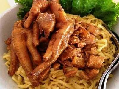 Mie Ayam Ceker - Butuh panduan cara membuat bumbu atau kuah masakan resep mie ayam ceker yamin jamur pangsit ala jakarta solo bangka bandung yang paling enak dan spesial.