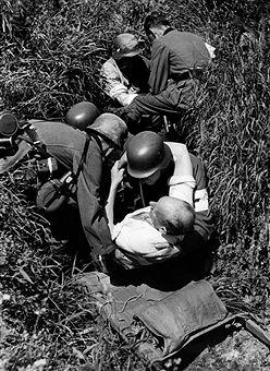 Verwundete werden durch Sanitäter aus derFeuerlinie geschafft.Frankreich- 1940, pin by Paolo Marzioli