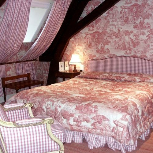 Lady-Gray-Dreams   missingsisterstill: Toile/attic/bedroom Like the idea not the color or patterns