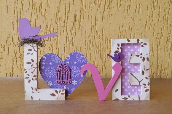 Palavra LOVE em uma composição de roxo, lilás e rosa.  Ideal para decorar mesa de casamento, aniversário, chá de panela, chá de bebê, ensaio fotográfico e muito mais.  Decore quartos infantis, aquele cantinho super legal de casa ou mesmo presenteie.  Fazemos em outras cores e estampas. R$ 63,00