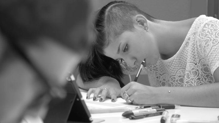 Un'immagine di Francesca Cottone, allieva dell'Istituto Marangoni, impegnata nella realizzazione degli outfit per lo Spot TV di Renault #ClioDUEL
