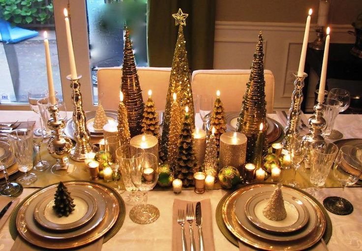 centre de table Noel original et opulent en bougies et sapins dorés