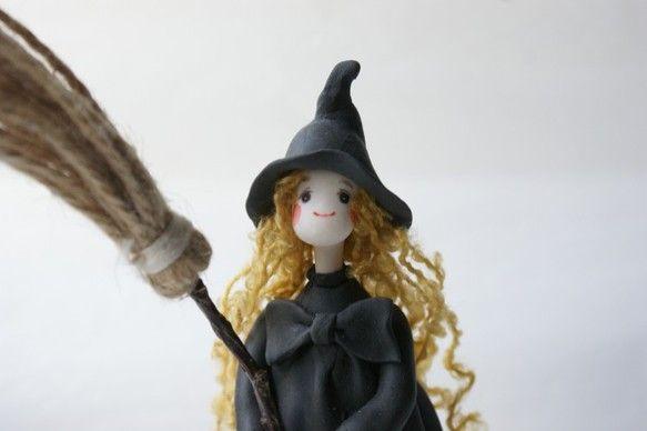 パン粘土で仕上げました見習い魔女さんです。ほうきが付いてきます。サイズ 台込高さ約16cm×幅8cm×奥行6cm素材 パン粘土、スタイ...|ハンドメイド、手作り、手仕事品の通販・販売・購入ならCreema。