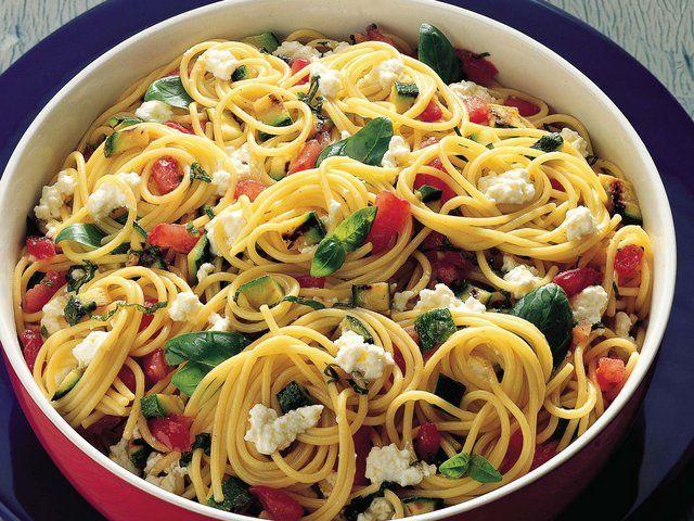 Marine Sebzeli ve Lor Peynirli Spaghetti  Kabakları yarım santim kalınlığında kesip ızgarada çevirin ve küp şeklinde doğrayın. Domatesleri konkase(Konkase, domateslerin kabuklarının soyulup küp şeklinde doğranmasına verilen isimdir) kesin. Bir kabın içinde doğranmış domatesleri ve ızgara kabakları, fesleğen, ezilmiş 1 diş sarımsak,100 gram zeytinyağı ve bir tutam öğütülmüş…