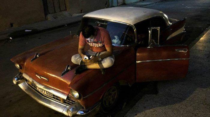 """""""Dos dólares por una hora de internet y los celulares que cuestan fortunas en el mercado negro son realidades muy distantes de los cubanos, que ganan cerca de 30 dólares por mes"""""""