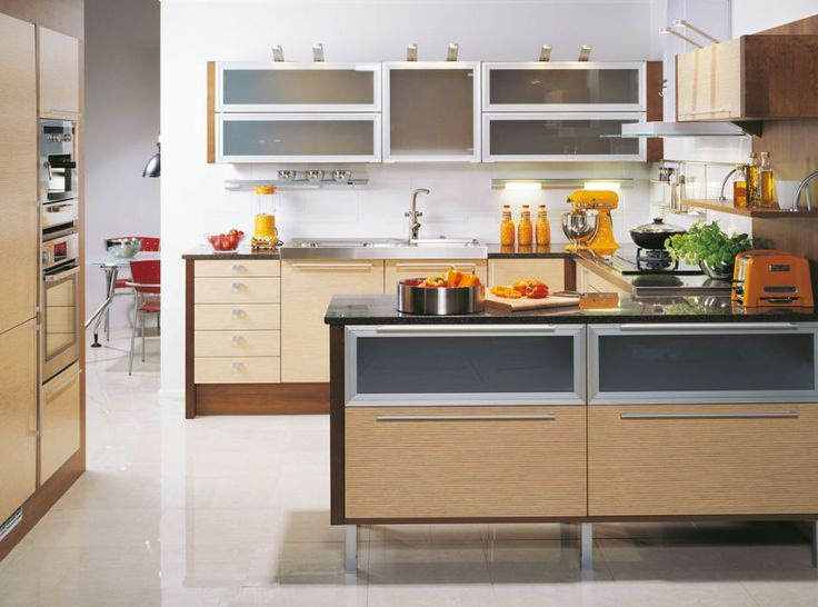 LÅDOR ÄR ETT BRA ALTERNATIV TILL HYLLSKÅP    När man inreder ett kök kretsar tankarna oftast kring köksskåpen. Men det går också att tänka i andra banor. I detta kök har man till exempel valt att sätta tyngdpunkten på ljudlösa, lättutdragbara och rymliga lådor istället för skåp.    Produkterna på bilden:     LUCKOR: TP46 Tekniskt björkfanér / TAL20 Aluminiumram, Etsat glass  HANDTAG: ST201-10-434 / UK960-21-032  BÄNKSKIVOR: Louhi stenskiva, MoccaBrown