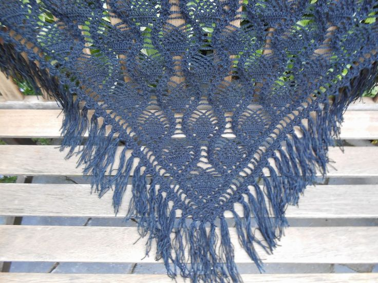 Vandaag ben ik jarig en wie jarig is trakteert. Voor de haakfanaten onder jullie heb ik h het patroon van deze omslagdoek/shaw...