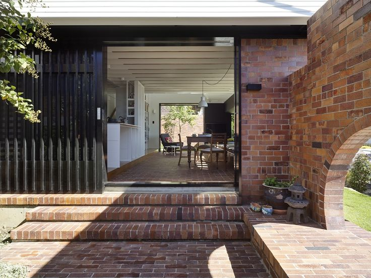 Beautiful brick double courtyard. A unique blend of five different bricks, yielding a surface quality and nuanced colour palette similar to that of a recycled brick. Inspired by European trends. Visit the PGH Bricks Case Studies page to learn more about the Double Courtyard House by Vokes & Peters Architects. Photo: Christopher Frederick Jones