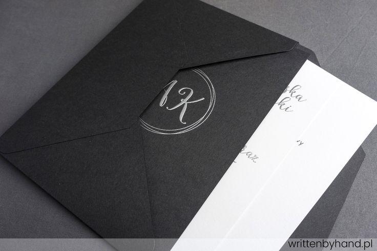 Srebrny Szyk - Czerń, Biel oraz nasze Płynne Srebro, połączenie tworzące to wyjątkowe zaproszenie ślubne, w którym głównymi elementami są kaligrafowane Imiona i Nazwiska Państwa Młodych, każde Imię i Nazwisko osób zaproszonych oraz napis rsvp.