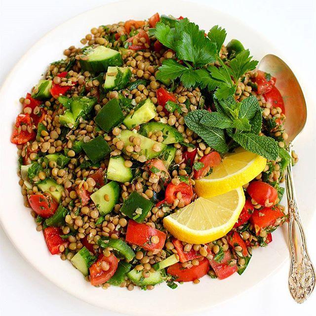 Ljuvlig och matig libanesisk sallad, nyttig och god. Den innehåller bla gröna linser som marineras i en syrlig vitlöksmarinadRecept hittar du på bloggens startsida